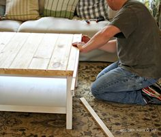 IKEA c'est top et pas cher mais parfois y'en a marre de se retrouver avec les mêmes meubles que tout le monde ! Pour notre nouvelle table basse pour notre salon, nous avons décidé de customiser la célèbre table basse IKEA HEMNES et voilà le résultat ! Produits nécessaires : Table basse IKEA HEMNES blanche Plateau en bois 92cm x 92cm – 2.5cm d'épaisseur Plinthe parquet bois x 7 Tasseau bois largeur égale à « épaisseur plateau + épaisseur plinthe) – épaisseur 1.5cm Peinture gris clair Colle à…