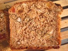 Pan de espelta, panela, frutas y frutos secos.