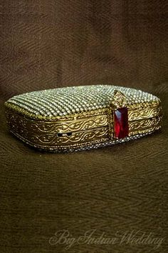 The awesome bridal clutch Bridal Accessories, Handbag Accessories, Fashion Accessories, Bridal Clutch, Wedding Clutch, Beaded Purses, Beaded Bags, Head Jewelry, Jewellery