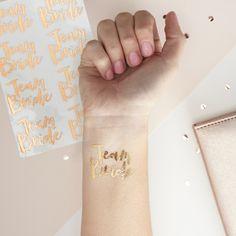 """16x Tattoos Team Bride  Habt endlosen Spaß mit diesem stylischen Accessoire bei eurer Junggesellinenabschiedsparty. Der Schriftzug """"Team Bride"""" im Metallic-Look ist ganz einfach anzubringen und..."""