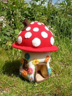 Arg!  A cute and adorable crochet mushroom house.  Wants to makes.