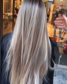 blonde hair, long blonde hair, healthy hair Wait for it… ? Honey Blonde Hair, Platinum Blonde Hair, Dark Roots Blonde Hair Balayage, Babylights Blonde, Blonde Hair With Roots, Hair Color Formulas, Hair Color Techniques, Hair Videos, Dyed Hair