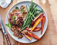 Voici la recette pour cuisiner des Steaks à la sauce aux champignons, patates douces et Haricots Verts.