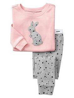 Shop Gap for comfortable and adorable baby girl pajamas. Find pajamas sets for baby girls, footed one-piece styles and robes in a variety of colors and prints. Fashion Kids, Little Girl Fashion, Fall Fashion, Style Fashion, Baby Outfits, Toddler Outfits, Kids Outfits, Cute Pajamas, Kids Pajamas