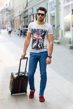 As camisetas mais básicas com estampas grandes são ótimas combinações para a calça colorida.
