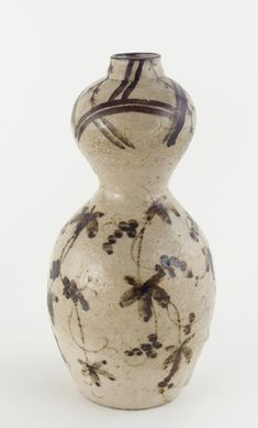Gourd-shaped sake bottle early 17th century Momoyama period White pottery with iron decoration under feldspathic glaze H: 21.5 W: 10.5 D: 10.5 cm Kujiri, Tajimi, Japan