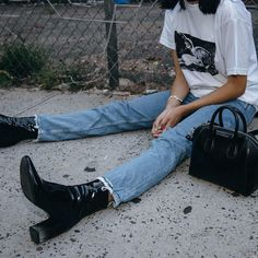 Grunge Style Chic Fashion Inspo Street Style Look How To Wear Band TShirt And Distressed Denim 90s Fashion Grunge, 90s Grunge, Look Fashion, Autumn Fashion, Fashion Outfits, Fashion Trends, Denim Fashion, Travel Outfits, Fashion Boots