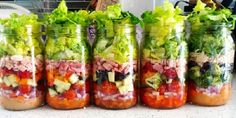 How to Make a Healthy Salad In a Jar! Bento Recipes, Vegan Recipes, Healthy Salads, Healthy Eating, Salad In A Jar, Meals In A Jar, Home Food, Light Recipes, Clean Eating