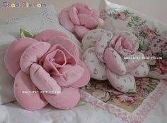 Cojín o almohada en forma de rosa, patrón incluido.