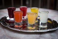 Le peket (alcool de grains aromatisé aux baies de genévrier) : la boisson de fête par excellence à Liège. De nombreux parfums sont disponibles. Rendez-vous ici pour en savoir plus : http://yummy-planet.com/10-specialites-liegeoises. © madebykarl.be