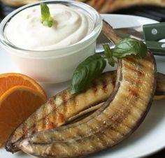 Grillatut banaanit, resepti – Ruoka.fi Grilled Bananas, Pickles, Cucumber, Sausage, Recipies, Meat, Anna, Food, Summer