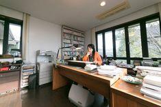 2階の明るい仕事部屋。3方向に窓があり、庭の木々や遠くの海を見晴らせる。折原みとオフィシャルブログ http://orihara-mito.com
