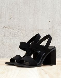 Sandália salto alto elástico. Descubra esta e muitas outras roupas na Bershka com novos artigos cada semana
