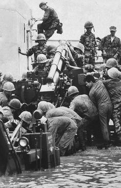 Vietnam War 1967 - Marines unloading gun during operation Deckhouse - Photo by…