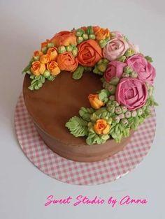 Buttercream flower cake by Anna Augustyniak