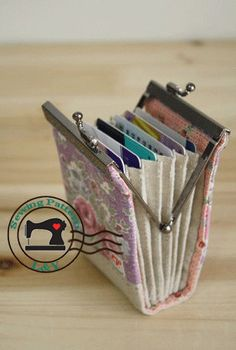 accordion fold frame card hlder tutorial and pattern. How awesome is this! Perfect for going inside a cute evening clutch!!!