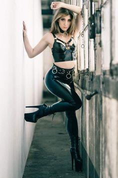 Spandex Girls, Shiny Leggings, Latex Girls, Sexy Latex, Great Legs, Plus Size Women, Leather Pants, Beautiful Women, Woman Clothing