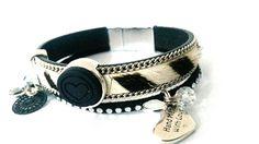 Uniek handgemaakte armband met mooie zilveren magneetsluiting in de kleurstelling zwart en wit.  Prachtige band van vacht leer afgezet met zilverkleirige schakelketting en zwart bandje met strass. M Bling 50