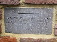 Vloedsteen jaar 1916 bij renovatie van de Smeepoort ingemetseld in 1970.