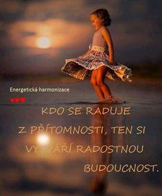 Kdo se raduje z přítomnosti, ten si vytváří radostnou budoucnost. Me Quotes, Motivational Quotes, Carpe Diem, Motto, Fantasy, Humor, Words, Health, Life