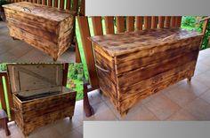 Dřevěná truhla ze starých desek. Desky byly očištěny, opáleny, obroušeny plstí, čímž došlo k jejich optickému zestaření a ve finále byla použita olejová lazura.