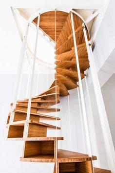 Pour la rénovation d'un appartement à Bruxelles, la firme de design Jo-a a conçu un escalier central en bois et en spirale.  olmostaircase-4