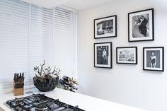 Houten jaloezieën in de keuken: prachtig licht en goed schoon te maken. Bestel ze eenvoudig op www.inhuisplaza.nl