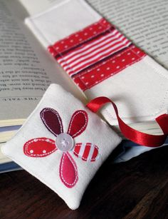 Red daisy bookmark | por apple cottage company