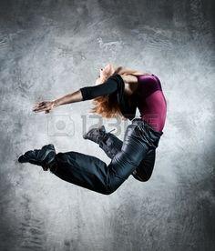 Danseur de la jeune femme sauter Sur fond de mur  Banque d'images