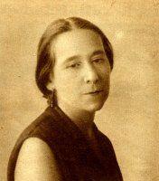 Isabel Oyarzábal: En 1930 se convirtió en la única mujer de la Comisión Permanente sobre Esclavitud de las Naciones Unidas. Destacó por su lucha feminista y sus reivindicaciones laborales, de forma que acudió al congreso de la Alianza por el Sufragio Universal en Ginebra. En 1931 fue candidata socialista a las Cortes constituyentes y dos años después se convirtió en la primera mujer inspectora de Trabajo en España por oposición.