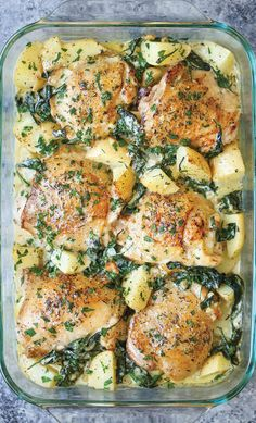 A pan of chicken and potatoes with garlic-parmesan-spinach-s .-Ein Pan Huhn und Kartoffeln mit Knoblauch-Parmesan-Spinats-Sahnesauce A Pan Chicken and Potatoes with Garlic Parmesan Spinach Cream Sauce - Chicken Thights Recipes, Chicken Parmesan Recipes, Chicken Salad Recipes, Recipe Chicken, Chicken Recipes For Dinner, Bone In Chicken Recipes, Easy Chicken Meals, Sugar Free Recipes Dinner, 30 Minute Meals Chicken