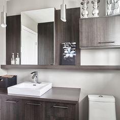 Salle de bain avec espace de rangement derrière la douche