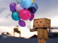Kartonfigur liebt Luftballons
