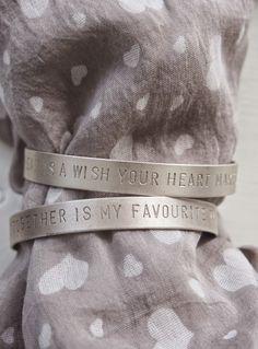 """Lainaus SisustEllen-blogista: """"Time together is my favourite time"""" ja """"A dream is a wish your heart makes"""" sekä elämyslahjan, jonka toivon liittyvän noiden rannerenkaiden lauseisiin: unelman toteutumista ja yhdessäoloa<3"""" Mitä elämyksiä näihin liittyi, löytyy SisustEllen-blogista :)"""