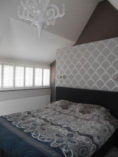 Interieur slaapkamer #shutters #paperchandelier #wallpaper #taupe #grey