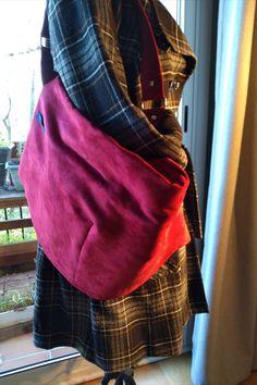 Sac Swing cousu par frederique.18 - Tissu(s) utilisé(s) : Suédine à l'extérieur, coton bio imprimé fleuri en doublure - Patron Sacôtin : Swing