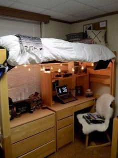 This is one of the cutest dorm room ideas for girls! Cute dorm room ideas that you need to copy! These cool dorm room ideas are perfect for decorating your college dorm room. You will have the best dorm room on campus! Dorm Room Setup, Dorm Room Storage, Bedroom Setup, Cool Dorm Rooms, Dorm Room Organization, Awesome Bedrooms, Organization Ideas, Storage Ideas, Bedroom Girls