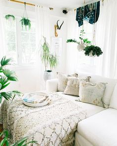 Could this corner be any more perfect? Love @fleamarketfab's house! (via @glitterguide by @carlaypage)
