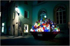 Escultura luminosa a partir de cientos de bolsas de la basura.
