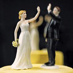 """Die handbemalte Tortenfigur """"High Five"""" Braut aus Porzellan für ihre Hochzeitstorte lässt ihre Hochzeitsgäste wissen, dass sich hier und heute die besten Freunde heiraten."""