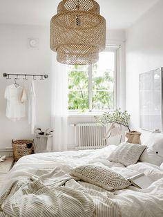 Hanglamp van Ikea op de slaapkamer.