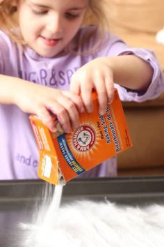 A Baking Soda and Vinegar Experiment for Preschoolers – Happy Hooligans Science Projects For Preschoolers, Science Experiments For Preschoolers, Science Activities For Kids, Science Fair Projects, Preschool Science, Stem Activities, Toddler Activities, Human Body Science, Baking Soda