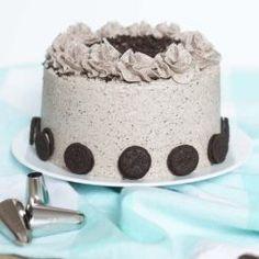 Tijd voor taart! Na ruim een maand is het weer eens tijd voor een echt taart recept. Deze Oreo taart is makkelijk en heerlijk!
