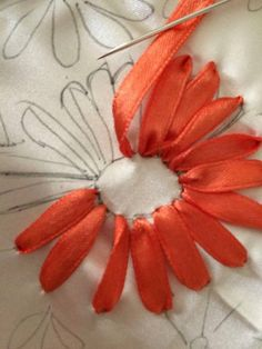 Silk Ribbon Embroidery, simple flower petals. | ☂ᙓᖇᗴᔕᗩ ᖇᙓᔕ☂ᙓᘐᘎᓮ http://www.pinterest.com/teretegui