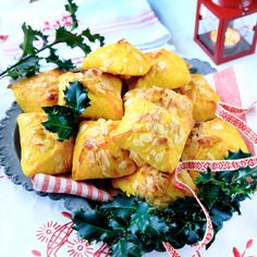 Fyllda saffransbullar – recept Christmas Candy, Christmas Baking, All Things Christmas, Xmas, Bagan, Fika, Baked Goods, Scones, Beverages