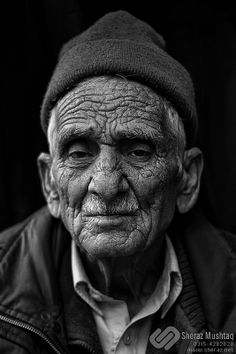 Bildergebnis für portrait old man fotografie Black And White Picture Wall, Black And White Face, Black And White Portraits, Black And White Photography, Portrait Photography Men, Emotional Photography, Old Man Pictures, Tattoo Studio, Drawing The Human Head
