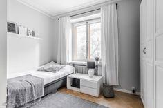 Tämä koti täytyy kokea itse.Huoneisto on yhtiöjärjestyksessä kolmio ja se on mahdollista muuttaa takaisin kolmioksi.Vuonna 2012 lämmöllä itselle remontoitu 80 m2 koti aivan ydinkeskustan tunt