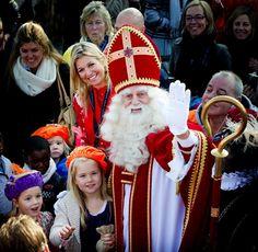 Prinses Máxima en dochters bij intocht Sinterklaas in Scheveningen - Het Koninklijk Huis