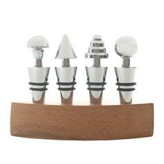4 tampas em metal cromado com detalhes pretos e base oval de madeira. #brindespersonalizados