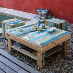 Painted pallet coffee table. Perfect for patio seating!